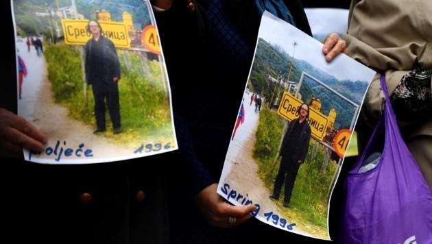 Hinterbliebene der Opfer von Srebrenica protestieren gegen Peter Handke. (Bild: AFP)