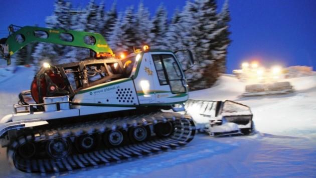 SYMBOLFOTO - Jedes Jahr passieren Unfälle, weil Wintersportler ein Pistengerät übersehen (Foto: Schladming, Pistenarbeiten) (Bild: KRONEN ZEITUNG Sepp Pail)