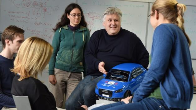 KI-Professor Sepp Hochreiter mit Studentinnen und Studenten (Bild: JKU)