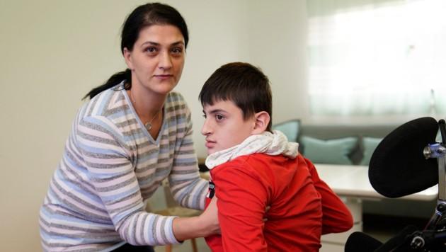 Mama Naime (36) kümmert sich rund um die Uhr liebevoll um ihren Almin (15) (Bild: gewefoto - Gerhard Wenzel)