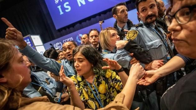 Der lautstarke Protest wurde den Einsatzkräften aufgelöst. (Bild: Copyright 2019 The Associated Press. All rights reserved.)