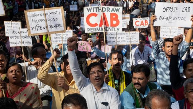 Diese Demonstranten fordern die Rücknahme des Staatsbürgerschaftsgesetzes. (Bild: AP)