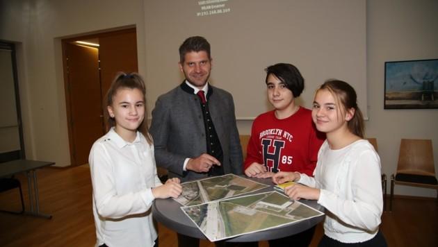 Sara, Jovan und Julija (v. links) präsentierten Bürgermeister Herbert Schober ihr Konzept (Bild: Tröster Andreas)