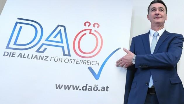 """Karl Baron präsentiert """"Die Allianz für Österreich"""". (Bild: APA/Helmut Fohringer)"""