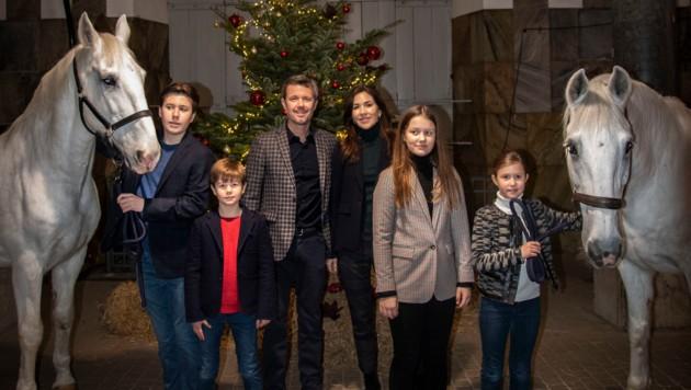 Kronprinz Frederik und Kronprinzessin Mary von Dänemark schicken mit ihren Kindern Weihnachtsgrüße auf dem Pferdestall. (Bild: Kongehuset ©️)