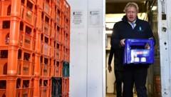 """Natürlich durfte auf jenen Getränkekisten, die der Premierminister auslieferte sein Slogan """"Get Brexit Done"""" nicht fehlen. (Bild: AP)"""