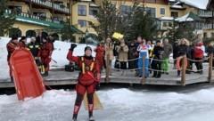 Die Eisdecke vor dem Seehotel Jägerwirt hat wieder gehalten (Bild: Brandstätter PR)