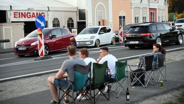 Wochenlang belagern GTI-Fans vor, während und nach dem offiziellen Treffen die Straßen zwischen Faaker- und Wörthersee. Viele Anrainer sind genervt von Staus und Lärmexzessen. (Bild: Sobe Hermann)