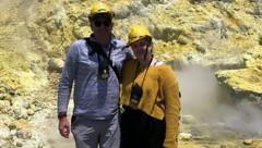 Lillani Hopkins mit ihrem Vater Geoff, kurz bevor der Vulkan ausbrach (Bild: APA/AFP/COURTESY OF LILLANI HOPKINS)