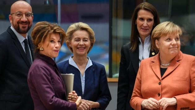 EU-Ratspräsident Charles Michel, Brigitte Bierlein, EU-Kommissionspräsidentin Ursula von der Leyen, die belgische Premierministerin Sophie Wilmes und die deutsche Bundeskanzlerin Angela Merkel (Bild: AFP)