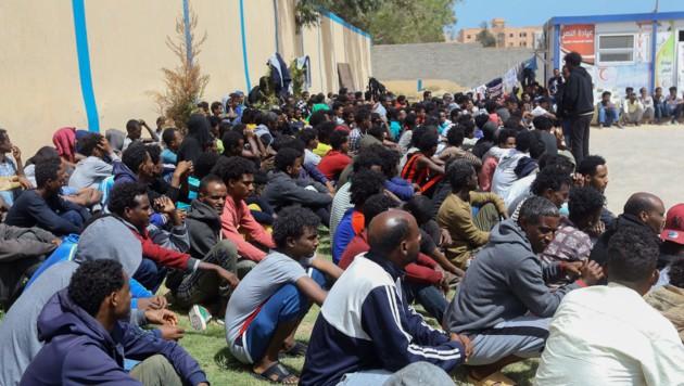Migranten geraten zunehmend zwischen die Fronten. (Bild: APA/AFP/Mahmud TURKIA)