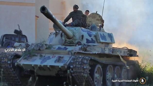 Eine gepanzerte Einheit der Haftar-Armee südlich von Tripolis (Bild: APA/AFP/LNA War Information Division)