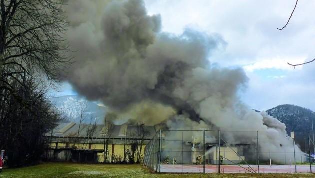 Beim Feuer stieg die Rauchsäule hoch in den Himmel. (Bild: Norbert Leutner)