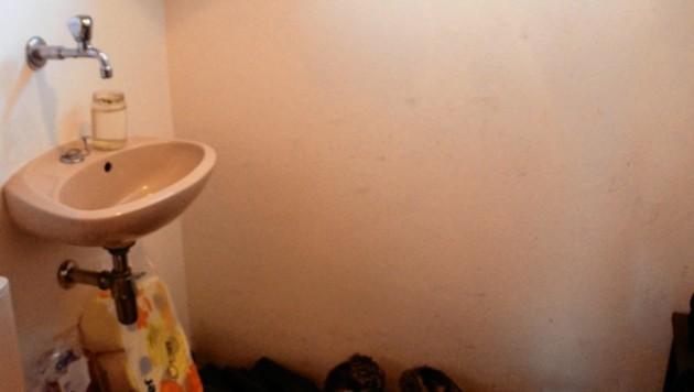 Die Toilette ohne Heizung. Der Raum ist so eiskalt, dass im Winter die Eiszapfen herunterhängen! (Bild: Claudia Fulterer)