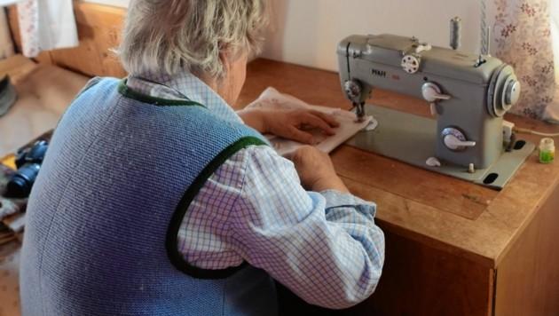 Auf ihrer uralten Nähmaschine, im einzig beheizten Raum des betagten Ehepaares, macht die Steirerin noch immer alle Ausbesserungsarbeiten. Auch da kommt viel zusammen. (Bild: Claudia Fulterer)