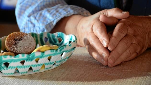 Hände, die selbst heute, im betagten Altern, noch immer nicht ruhen dürfen (Bild: Claudia Fulterer)