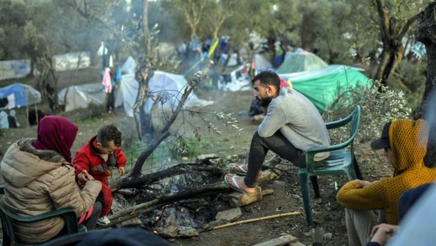 Flüchtlinge im berüchtigten Lager Moria auf Lesbos (Bild: APA/AFP/ARIS MESSINIS)