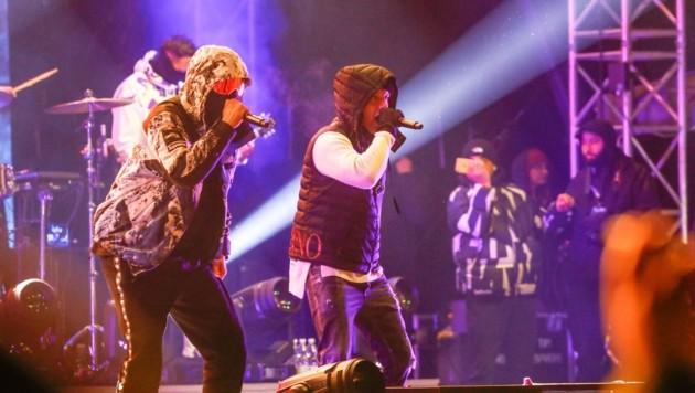 Das Star-Duo Bonez MC und RAF Camora stürmte die Bühne ganz passend mit Skibrillen und Winterkleidung. (Bild: Gerhard Schiel)