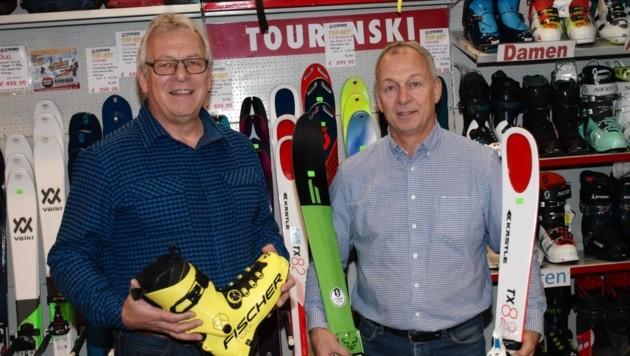 Bei den Sportwaren empfehlen Herbert (li.) und Robert Scheiber Skitouren-Ausrüstung. Anders als vielleicht gedacht, freuen sich auch Jüngere über solche Geschenke. (Bild: Daum Hubert)