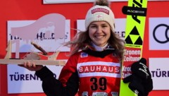 Chiara Hölzl hatte nach ihrem Premieren-Triumph in Klingenthal allen Grund zur Freude. (Bild: EPA)