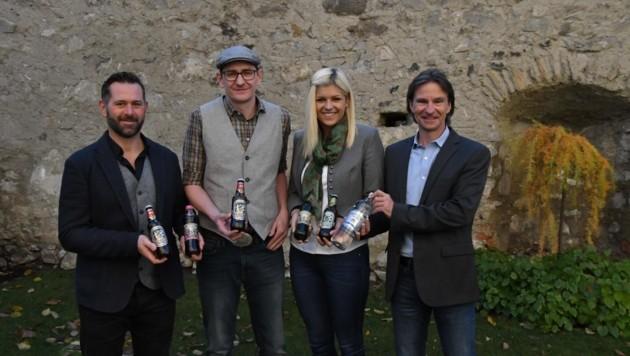 Sie präsentieren die Heilwasser-Produkte: Markus Höller, Koloman Strohmeier, Claudia Tafner, Dietmar Kert. Mark, der Sohn des Red Bull-Bosses Didi Mateschitz, ist Geschäftsführer. (Bild: Kevin Geissler)
