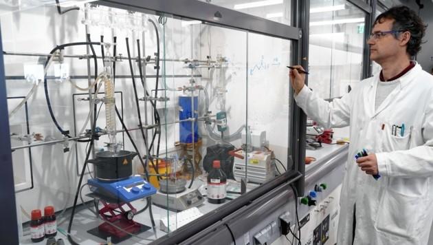 Von Graz aus die Welt retten: Chemiker Wolfgang Kroutil von der Karl-Franzens-Uni denkt die Herstellung von Arzneien neu. (Bild: Sepp Pail)