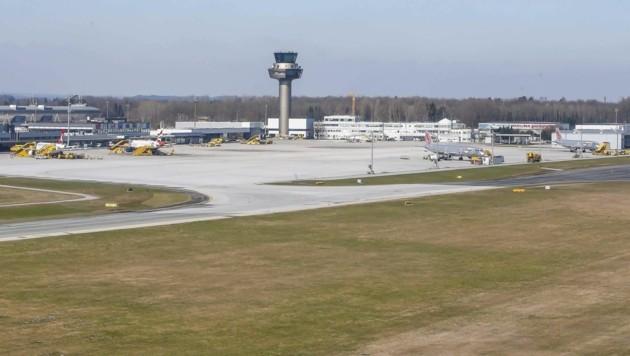 Im Frühjahr wurde die Piste saniert. Jetzt wollen die Flughafen-Betreiber den Terminal 1, den Rollweg und die Pistenentwässerung in Angriff nehmen. Das Konzept liegt am Tisch, nun wird geplant. (Bild: Tschepp Markus)