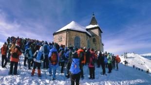Hunderte lauschten den Worten von Diakon Gerhard Gfreiner vor dem Bergkirchlein (Bild: Wallner Hannes)