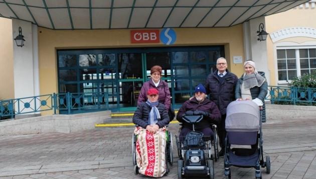 Die Seniorenvertreter Ingeborg Baumgartner (li.) und Gottfried Kneifel (2. v. re.) mit betroffenen Bürgern vor dem Bahnhof Enns (Bild: Horst Einöder/Flashpictures)