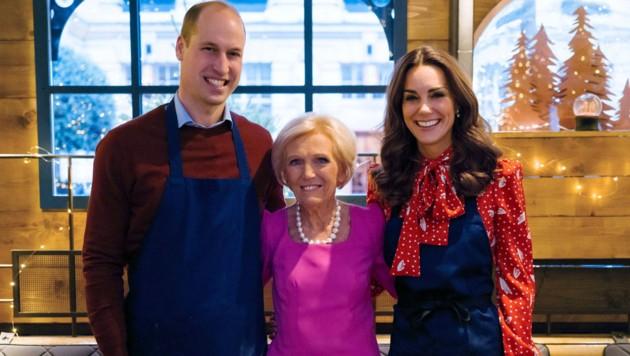 Prinz William und Herzogin Kate mit TV-Köchin Mary Berry (Bild: AP)