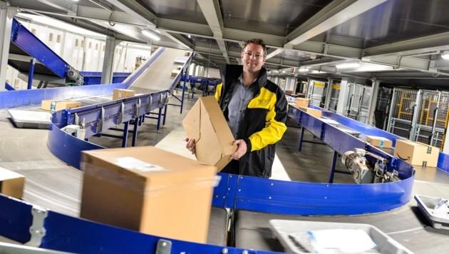 Im Haller Post-Logistikzentrum geht dieser Tage wahrlich die (Weihnachts-) Post ab! Niederlassungsleiter Christoph Steiner hat stets alles im Blick – für seine Mitarbeiter heißt es: kräftig anpacken! (Bild: LIEBL Daniel)