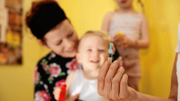 Die Impfakzeptanz ist bei Influenza nach wie vor sehr gering, die Durchimpfungsrate beträgt hierzulande nur zehn Prozent. Dass sich speziell Kinder, Senioren und Schwangere vor der echten Grippe aber unbedingt schützen sollten, betonen Experten. (Bild: Jöchl Martin)