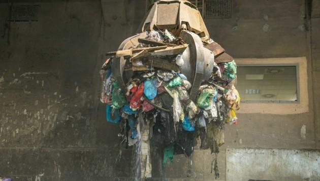 In der Umweltschutzanlage wird der Restmüll noch sortiert (Bild: Wild + Team Fotoagentur GmbH)