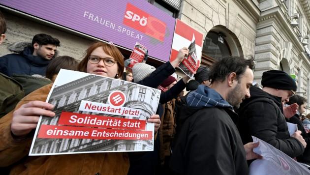 Ein Flashmob vor der SPÖ-Zentrale Ende November (Bild: APA/ROLAND SCHLAGER)