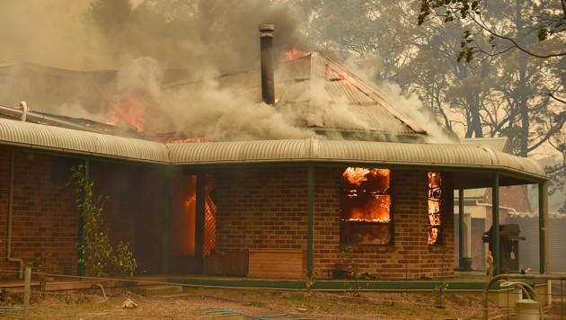 Ein Haus in Mosman, einem Vorort von Sydney, steht in Flammen. (Bild: AFP)