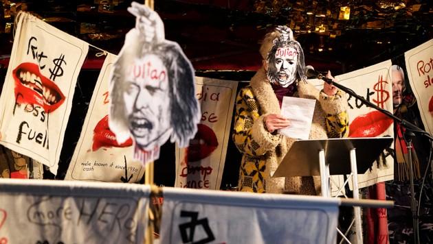 """Mit einer Assange-Maske protestierte die Modedesignerin Vivienne Westwood im November gemeinsam mit anderen Unterstützern des WikiLeaks-Gründers vor dem Innenministerium in London gegen die """"skandalöse Behandlung"""" des Enthüllungsjournalisten durch die britischen Behörden. (Bild: AFP)"""