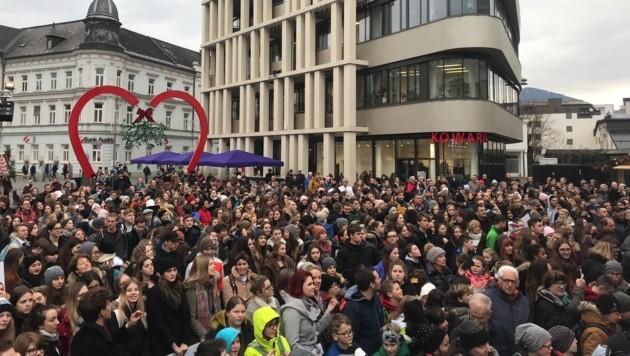 Hunderte Schaulustige versammelten sich auf dem Hanns-Gasser-Platz. (Bild: Katrin Fister)