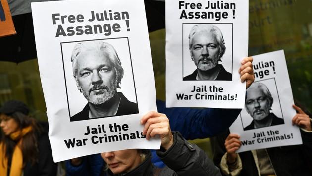 Demonstranten fordern die Freilassung Assanges. (Bild: AFP)