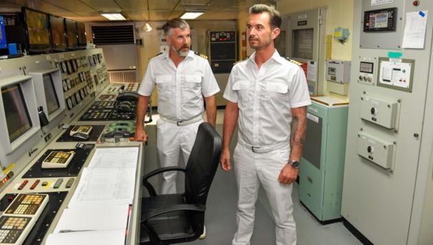 Im Bild: Staff-Kapitän Martin Grimm (Daniel Morgenroth, l.) hat das riskante Manöver des neuen Kapitäns Max Parger (Florian Silbereisen, r.) der Reederei gemeldet. (Bild: ORF)