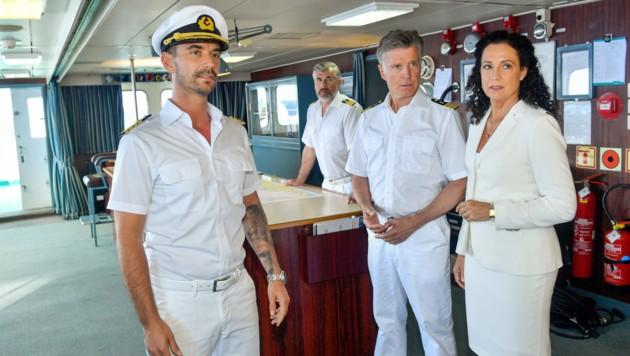 Der neue Kapitän Max Parger (Florian Silbereisen, l.) muss die eingespielte Crew mit Staff-Kapitän Martin Grimm (Daniel Morgenroth, 2. v. l.), Dr. Sander (Nick Wilder, 2. v. r.) und Hanna Liebhold (Barbara Wussow, r.) noch von sich überzeugen. (Bild: ORF)