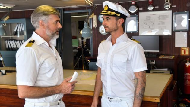 Der neue Kapitän Max Parger (Florian Silbereisen, r.) muss Staff-Kapitän Martin Grimm (Daniel Morgenroth, l.) erst einmal von sich überzeugen. (Bild: ORF)