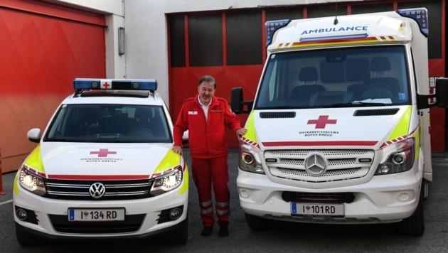 Günter mit seinen Rettungsfahrzeugen – früher war es als Sanitäter unterwegs, heute ist er Fahrer vom Funkarzt. (Bild: LIEBL Daniel)