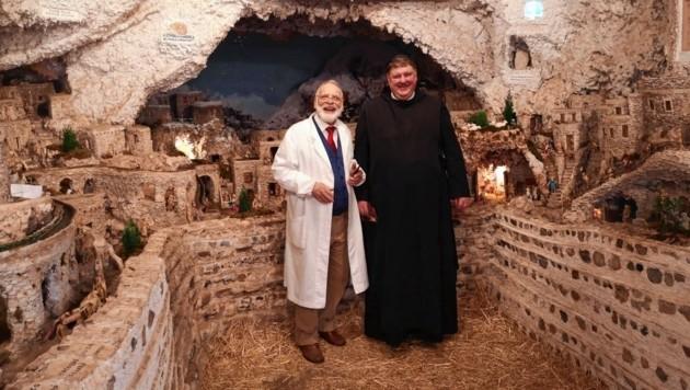 Ein wahres Kunstwerk ist die Krippe der römischen Müllabfuhr - links ihr Erbauer Giuseppe Ianni mit Pater Egon Homann (Bild: Egon Homann)