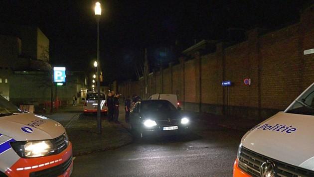 Eine Großfahndung der Polizei in Antwerpen läuft. (Bild: Screenshot/VRT NWS)