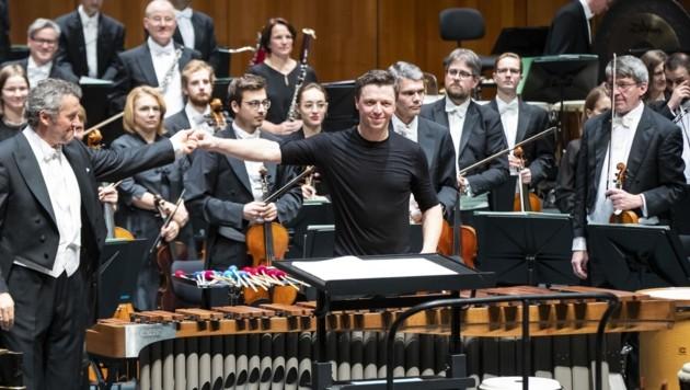 Dirigent Markus Poschner mit Martin Grubinger, auch das Orchester bestand bravourös (Bild: Neumayr Fotografie - Christian L)