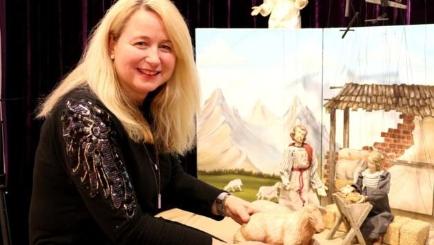 """""""Diese Marionettenkrippe wird sogar für Krippenspiele verwendet"""", freut sich Manuela Eibensteiner, Obfrau der Mühlviertler Krippenfreunde und in Freistadt zu Hause. (Bild: Fritz Fellner)"""