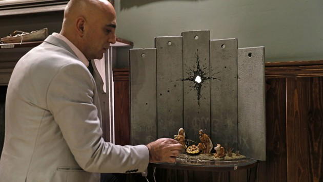 Hotelmanager Wissam Salsaa vor der Banksy-Krippe (Bild: AFP/Ahmad Gharabli)