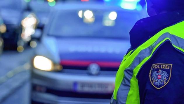 Auf Anhaltezeichen, Blaulicht und Folgeton reagierte der junge Mann nicht - und raste davon. (Bild: Harald Dostal)