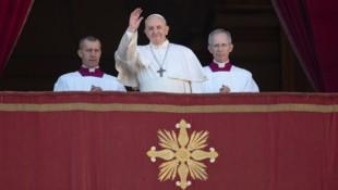 Papst Franziskus winkt Zehntausenden Gläubigen vom Petersdom aus. (Bild: AP)