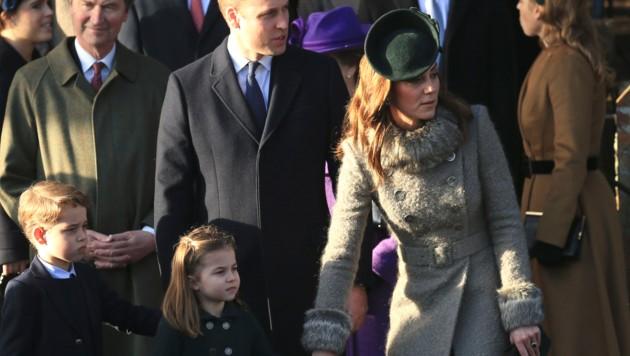 Herzogin Kate und Prinz William mit ihren Kindern George und Charlotte beim Weihnachtsgottesdienst in Sandringham (Bild: AP)